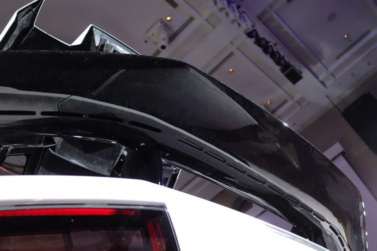 整合外部空氣通道的後尾翼為一體成型設計,注意看照片中尾翼下方設有一排出風口,此即為提供高速下導引氣流通過藉以消除尾部紊流並降低尾翼撞風力道,達到減低風阻作用的特殊設計。