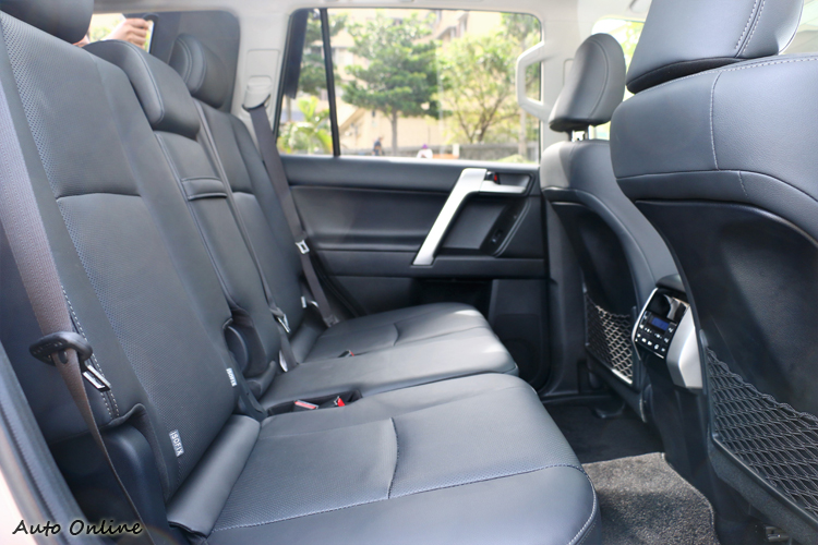 後座有獨立冷氣出風空調,椅背也能調整到最舒適的角度。