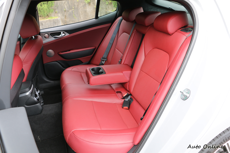 就算沒有配備3.3 GT的Nappa皮質,這組透氣真皮的作工和內裝用料也很有高級車水準。