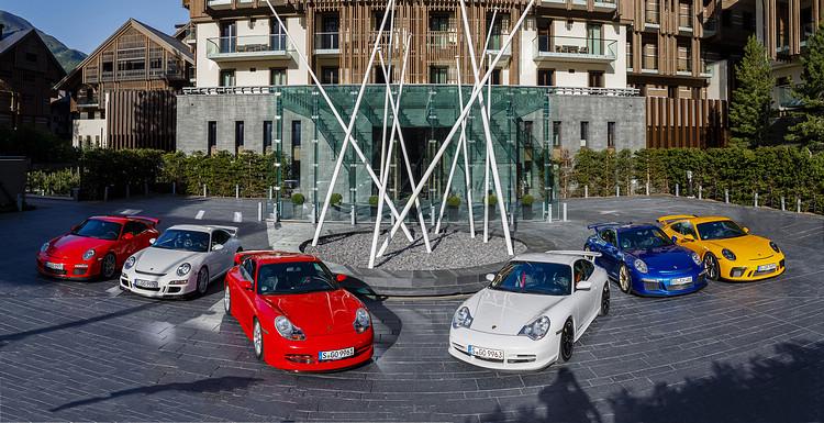 911 GT3歷代車型皆以搭載當代最先進賽車技術著稱,照片由左至右分別是:997.2、997.1、996.1、996.2、991.2與991.2。
