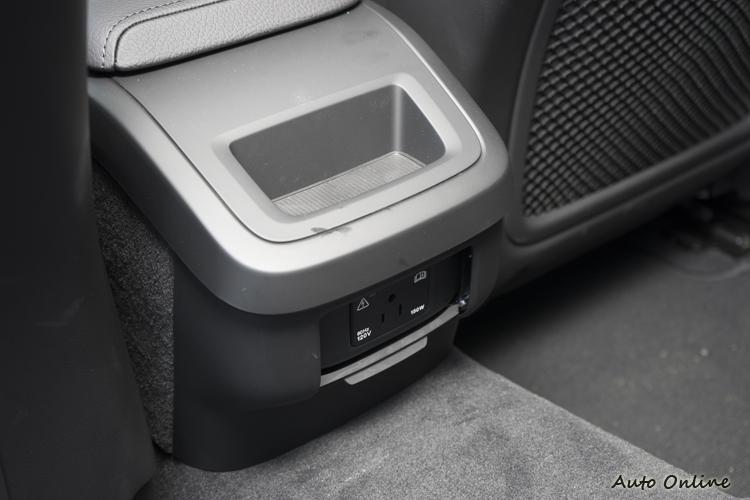 扶手後方提供120V電源插座。
