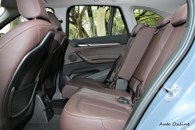 後座空間寬敞無壓迫感,椅背與椅面提供良好支撐性並可做些微的前後、角度調整。