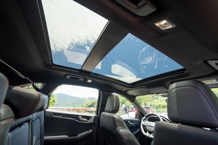 列為標配的電動天窗,面積又比前代增加不少。