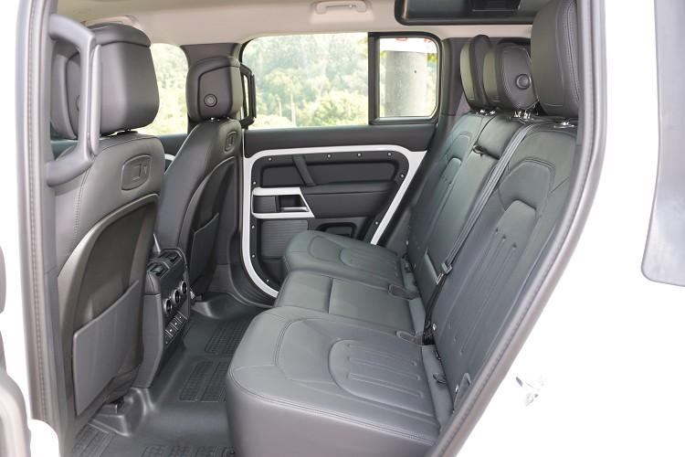 後座空間寬敞還可做角度調整,消費者也能選配三排七人座車型。
