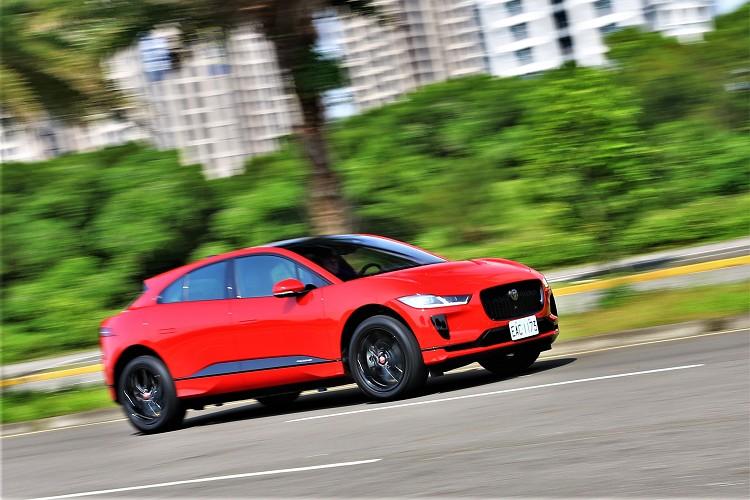 而電動車在駕駛樂趣方面有著獨到呈現方式,最要先適應的就是沒有引擎聲浪。