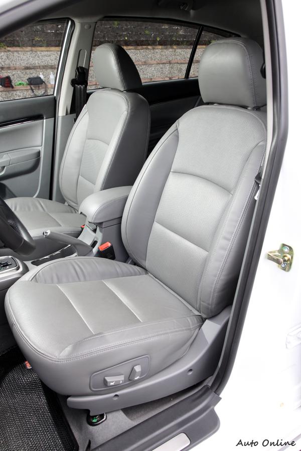 座椅泡棉軟硬適中,對長途駕駛有很大幫助,不過側面包覆性不夠。