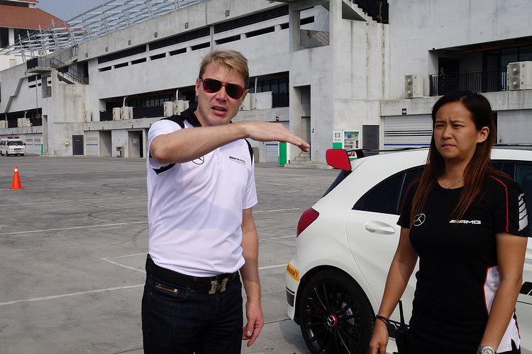 在Mika旁邊的女教練是來自澳門的李靜雯,才30歲,賽車經歷卻有16年,她也是亞洲首位通過SLS AMG GT3高級訓練課程的女性,自多年前就是澳門格蘭披治大賽的常客。