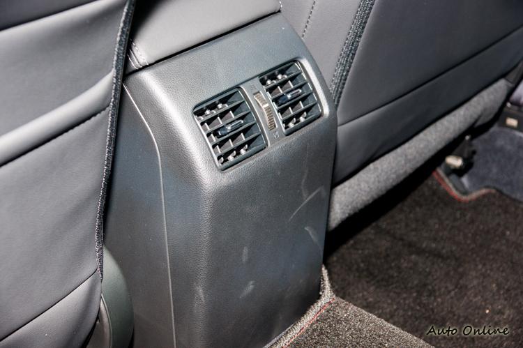 身為中大型房車,後座有空調出風口也是很合理的。