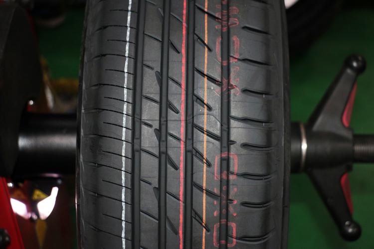 仔細看就可以發現PLAYZ輪胎的內外側的胎紋有明顯的大小差異。