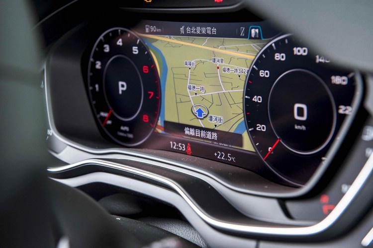 駕駛座前方運用創新的「Audi Virtual Cockpit 全數位虛擬駕駛座艙」,打破傳統汽車所慣用的駕駛艙操作介面之框架。