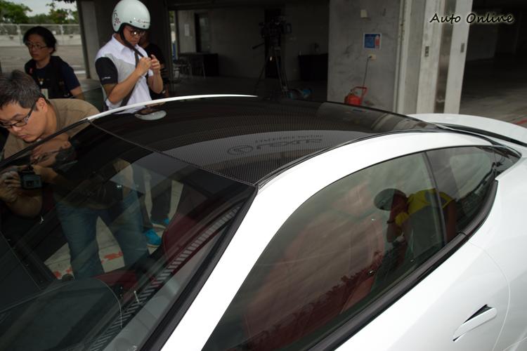 碳纖維車頂為車體貢獻了幾分「輕量化」。