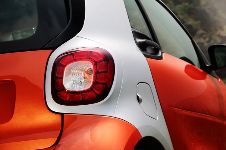 試乘車選配的LED及便利套件,包含LED日行燈、LED尾燈和感應雨刷自動啟閉頭燈等功能。