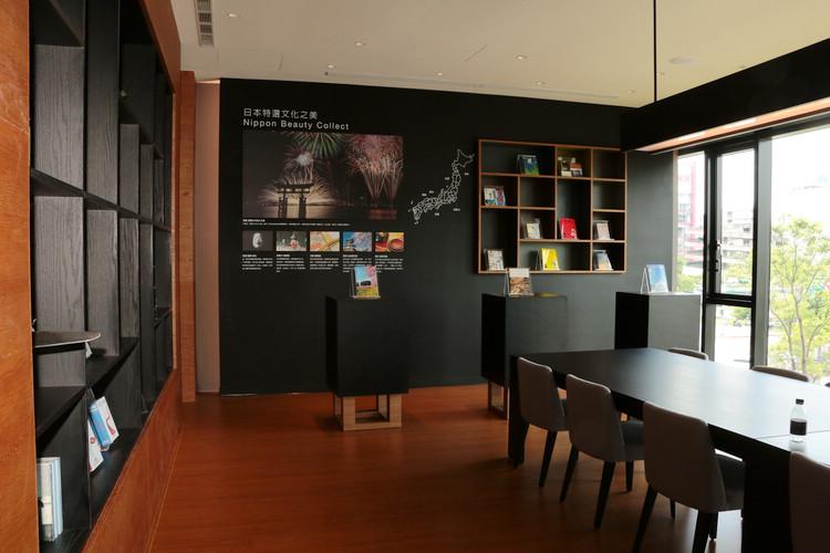 以機場貴賓室理念設計的客戶休息區,空間設計高雅,並提供吧檯區現煮咖啡。