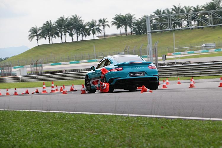 提供煞車訓練的911 Turbo S動力超強,當然也需要更敏捷的身手才能安全駕馭。
