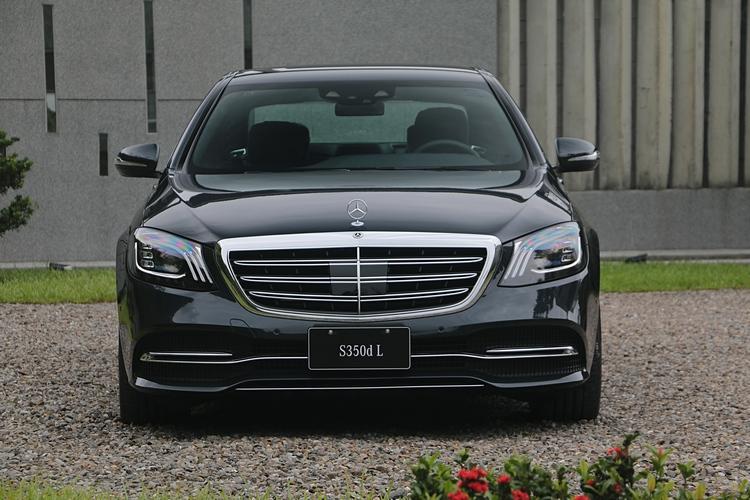 全新 S-Class 造型上呈現出旗艦房車應有的霸氣、奢華和尊貴特性。
