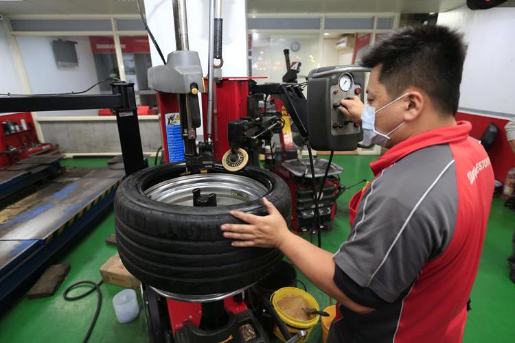 像失壓續跑胎、低扁平比的跑胎,都需要使用專用的裝胎機才能保護輪胎與輪框。