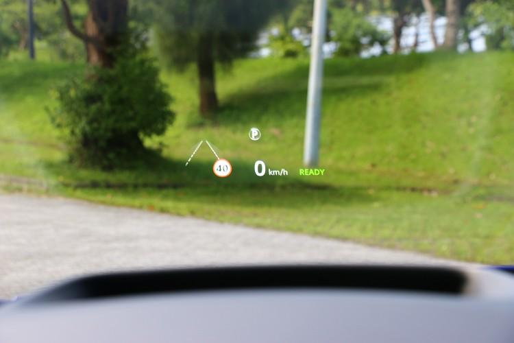 除了儀錶板,抬頭顯示器也能監控車輛部分狀態。