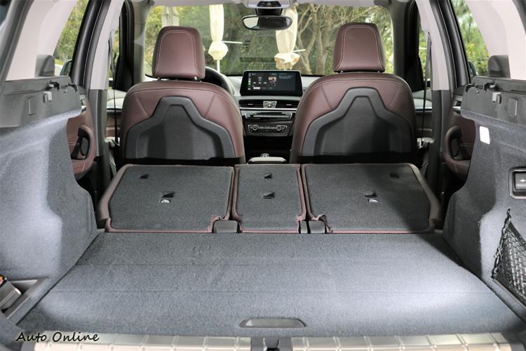 後行李廂擁有同級距中最大的置物空間,行李箱收納空間達505公升,後座椅背全部傾倒時容納面積可擴充至1550公升。