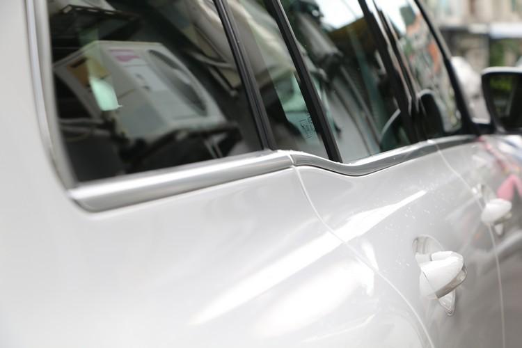 除了造型更富越野車特質,GLB階梯式側窗下緣也頗有自己的特色。