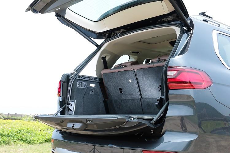 後車廂尾門有電動啟閉功能,開啟的結構採上下兩片模式。