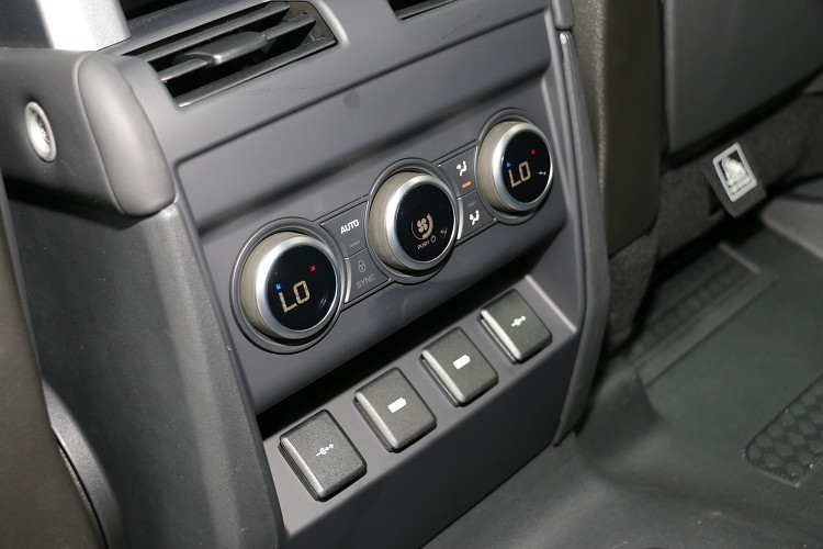 後座有獨立空調系統,另外處處可見USB充電孔,再多的電子設備也不怕。