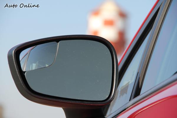 後視鏡上具備防死角的設計,讓駕駛人更安全的切換車道。
