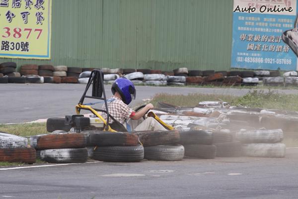 在小型賽車活動中,要想有好成績,剎車控制很重要。