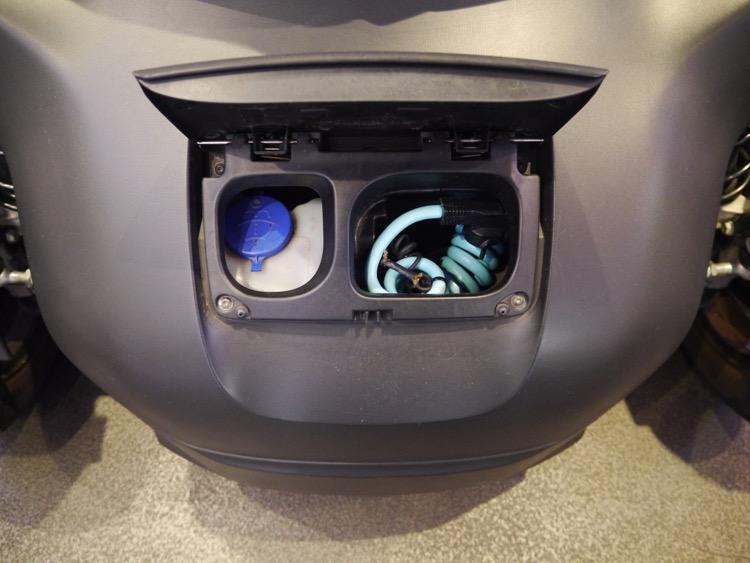 RENAULT Twizy充電裝置就隱藏在車前方。