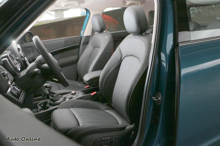 雙前座椅電動調整,舒適與包覆性都有很好的表現。