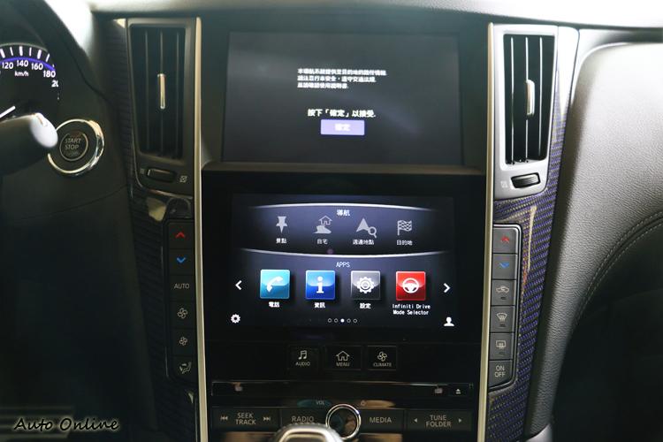 中控台Infiniti Intouch雙螢幕主控台,以更簡明直覺式設計,觸控操作智慧聯網系統。