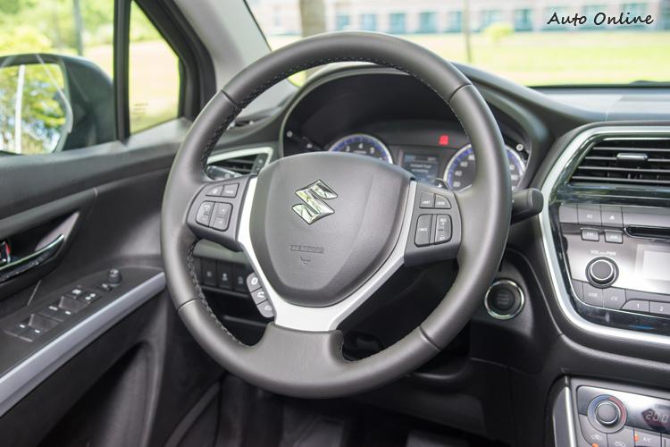 方向盤可控制音響、定速、通話及換檔。