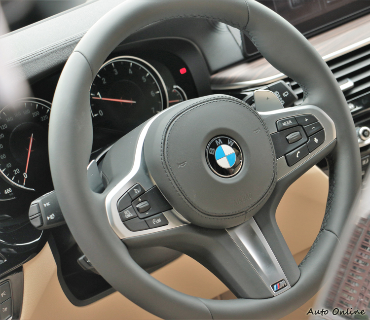 車內M款多功能真皮方向盤,左右兩邊多功能按鍵方便就手。