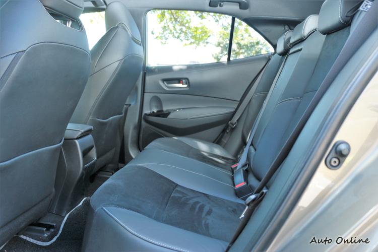 後座空間不算寬敞但夠用,進出車空間有點小須注意。