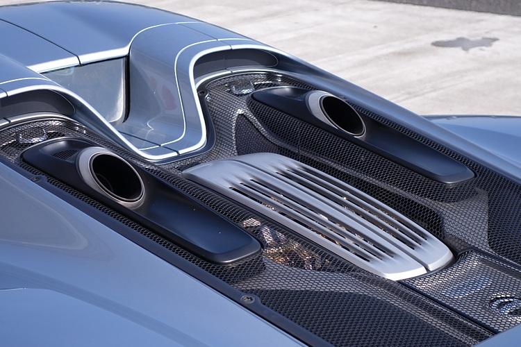頂置式排氣裝置為的是避免高溫影響車底的鋰電池,卻也造就特有的響亮排氣聲浪。