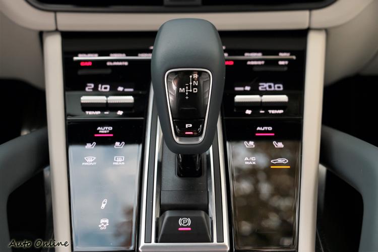 配置八速Tiptronic S 變速箱,變速箱換檔迅速且敏捷,與V8雙渦輪增壓引擎做很好的搭配。