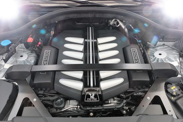 動力心臟搭載一顆6.75升V型12缸雙渦輪增壓引擎,運轉精緻度且細膩,大排量的低轉速輸出相當迷人。