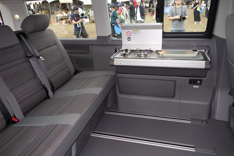 車艙內左側首次配置隱藏式收折流理台,並在流理台左側增設單爐烹飪瓦斯爐。