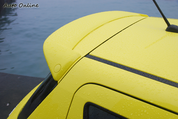 在車尾大型的擾流尾翼提升了SWIFT SPORT在視覺上的致命吸引力。