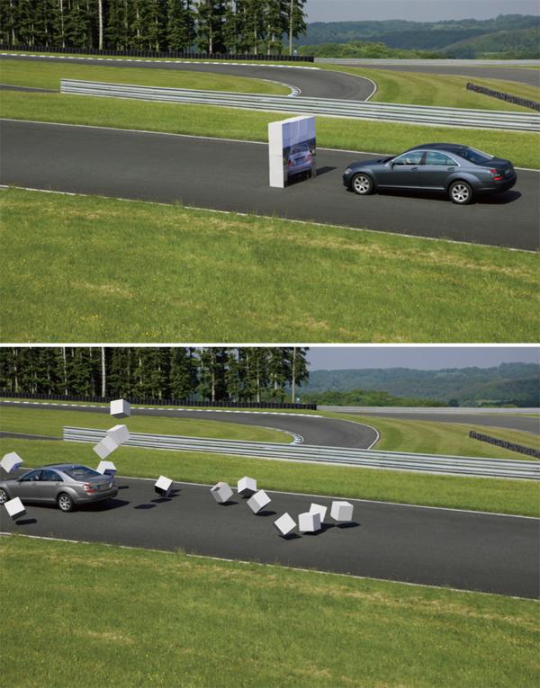 配備PRE-SAFE Brake系統(上)與未配備(下)在遇到相同前方障礙條件下的對比,結果真是一目了然。