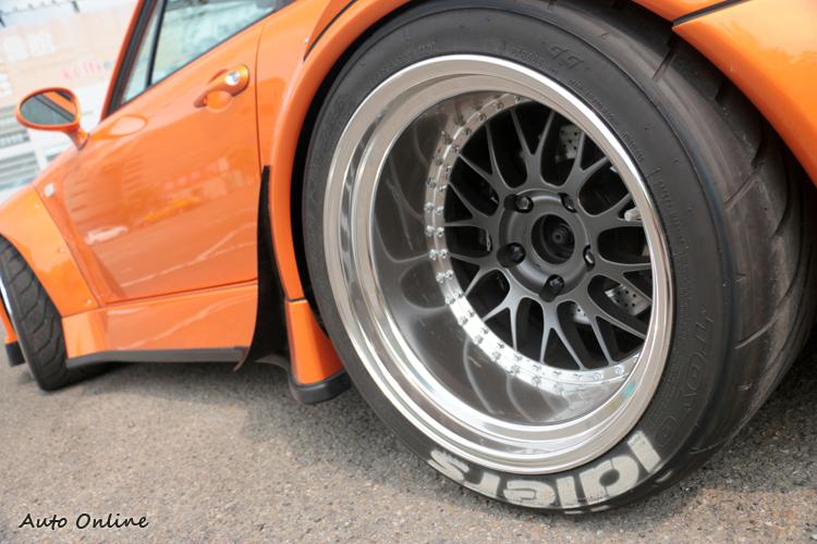 後輪尺寸12J配335/35R18,專用鋁圈不需要再搭配墊片,完整度百分百。