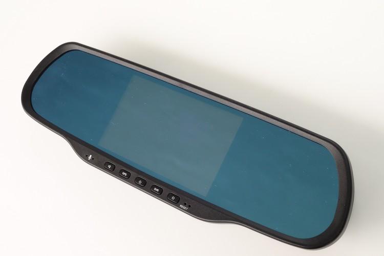 大部分的同型產品都不會採用這種置中螢幕設計的原因,就是因為它會擋住大部分的後方視野。