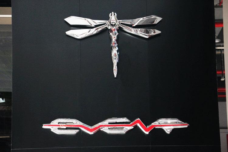 「前途汽車」以蜻蜓作為廠徽,意指取其輕盈、無害的特徵,不過實際上的車輛重量不輕。