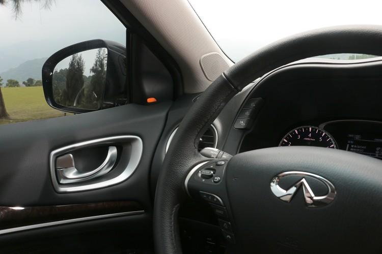 左右兩邊A柱有車道偏移警示燈號,除此之外也會透過制動力倒回車頭方向。