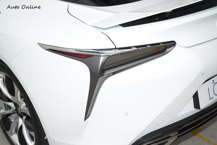 尾燈同樣採三角造型,也強調出車體寬度與低重心。