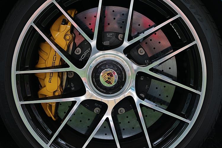 911 Turbo S使用的是碳纖陶瓷碟盤,能在低溫環境下就可發揮極佳制動能力。