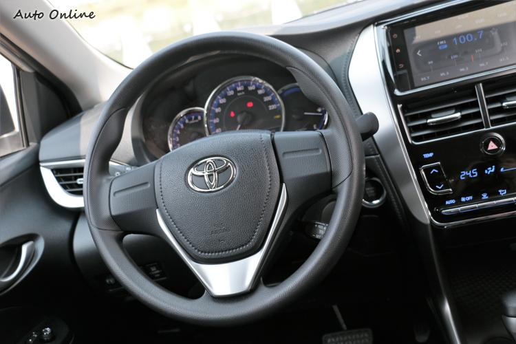 三輻式方向盤乾淨俐落,右下角有高級車才會出現的定速撥桿。