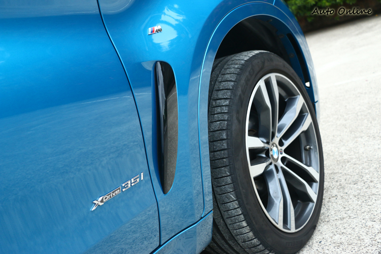 前葉子板上有M Sport專屬字樣,開孔能快速排出輪弧內的亂流。
