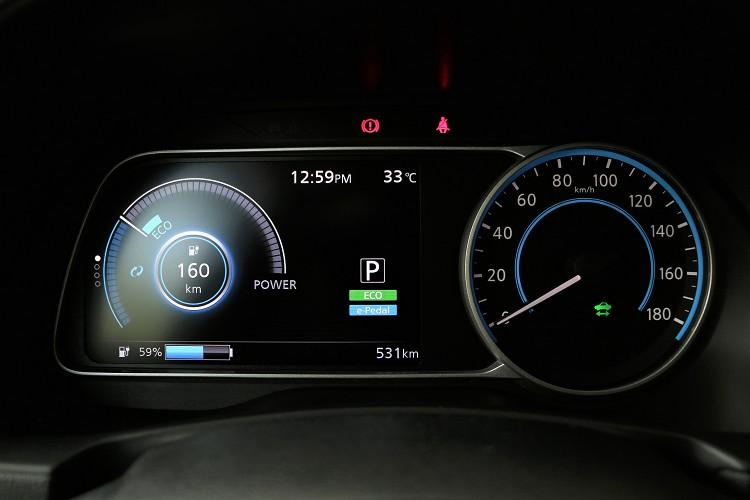 儀表板時速為傳統指針,左方則有7吋多功能LED螢幕。