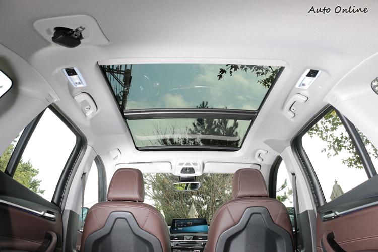 標準配備全景天窗,是喜愛大自然消費者的最愛。