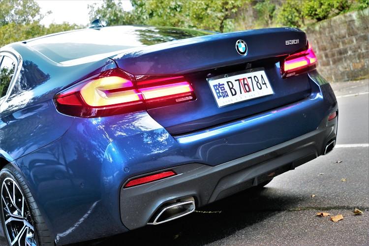 車尾燻黑3D LED立體尾燈稜角分明,呼應車頭L型日間行車燈。